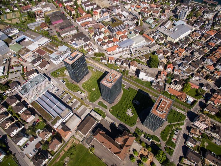Luftaufnahme über einer klein Stadt.