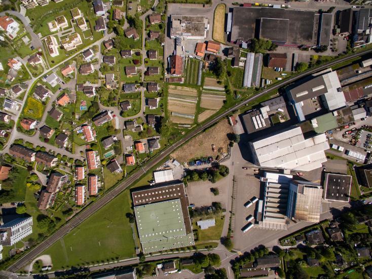 Fabrik und Häuser von oben.