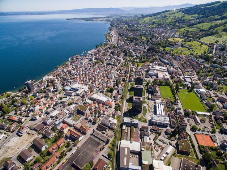 Rorschach Stadt von oben, viele Häuser und der Bodensee.