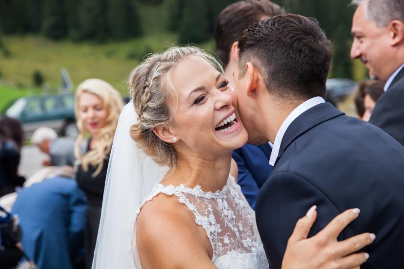 Lachende Braut beim Apéro.