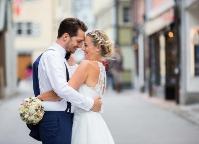verliebtes Hochzeitspaar welches sich umarmt.