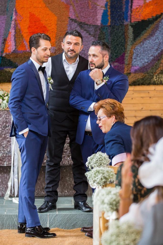 Bräutigam mit Trauzeuge warten beim Altar.