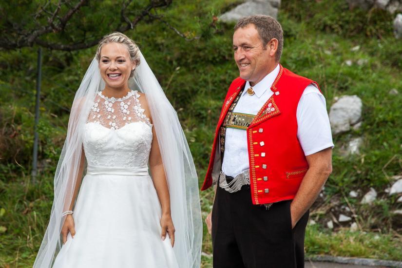 Braut mit Vater in Appenzellertracht.