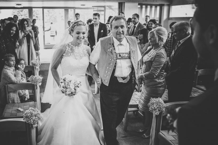 Brautvater begleitet Braut zum Altar.