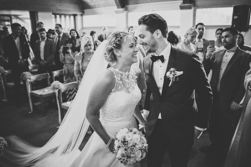 Bräutigam nimmt Braut in Empfang.