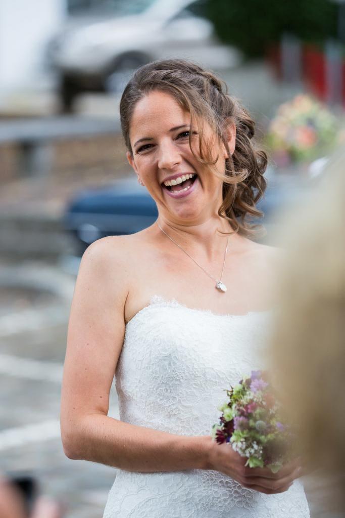 lachende Braut