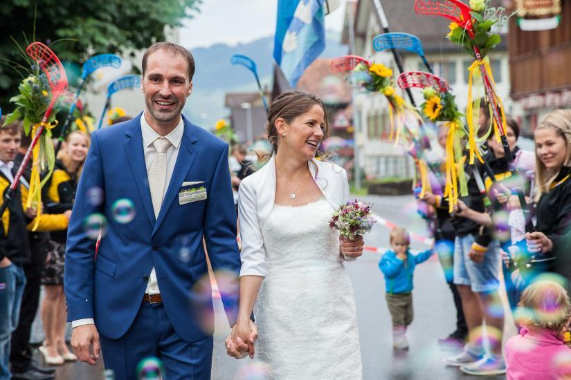 Brautpaar läuft durch Spalier.