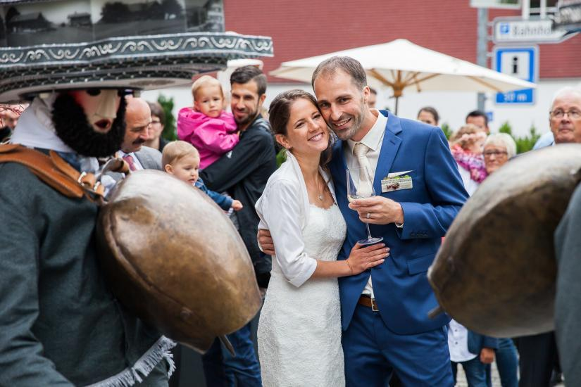 Brautpaar lauscht Zeuerli von Silvesterchläusen.