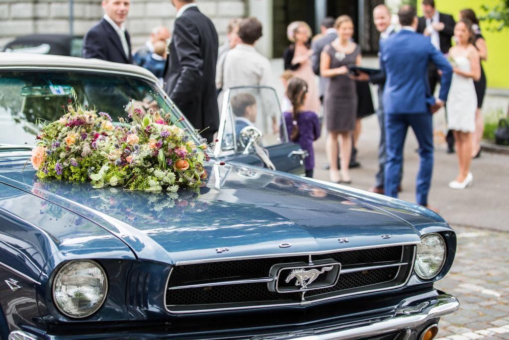 alter Ford Mustang mit Blumenschmuck