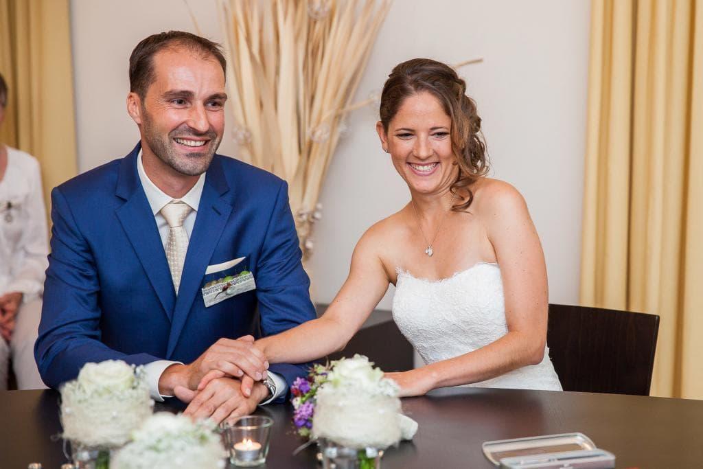 Fröhliches Brautpaar im Standesamt.