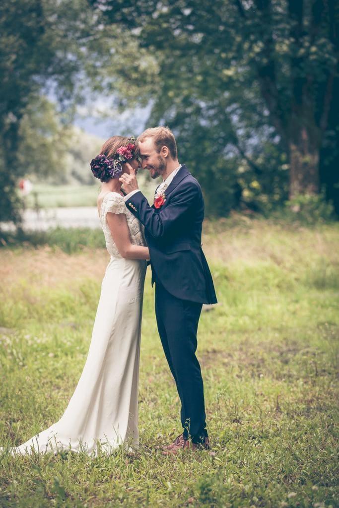 Verliebtes Brautpaar am turteln.