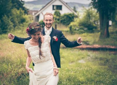 ausgelassenes Brautpaar in der Natur