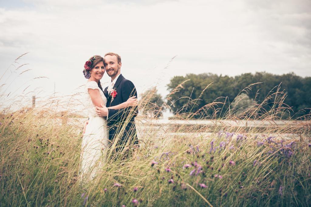Brautpaar im hohen Gras.