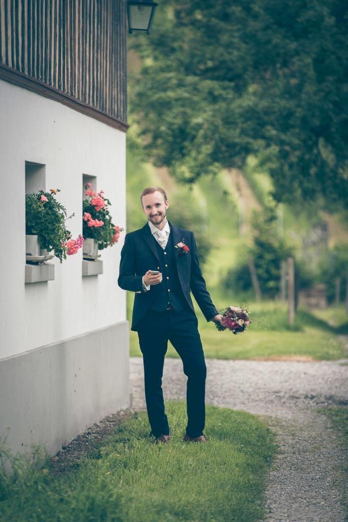 Bräutigam wartet auf seine Zukünftige.