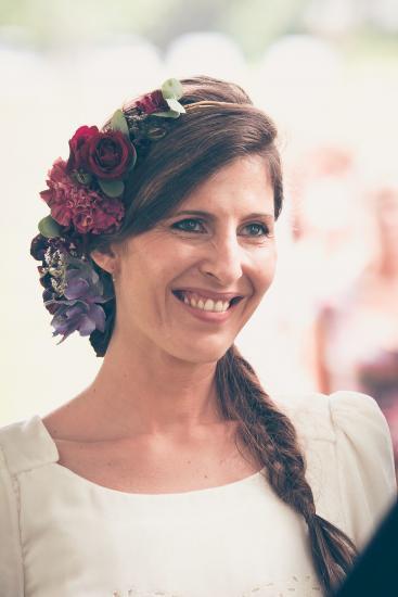 Lachende Braut mit Kopfschmuck.