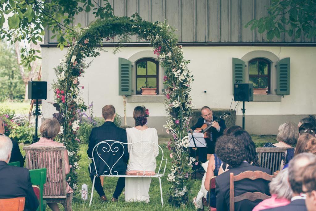 Brautpaar lauscht Gitarrenspiel.