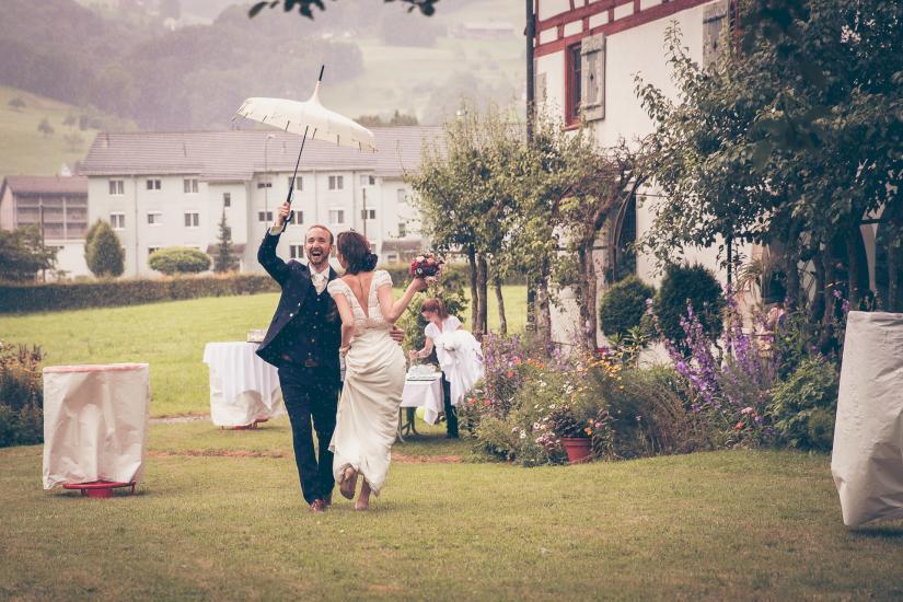Hochzeitspaar tanz in Regen.