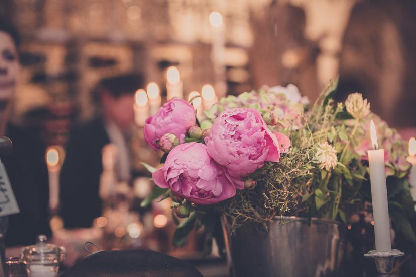 Hochzeitsdekoration, Kerzen und Blumen
