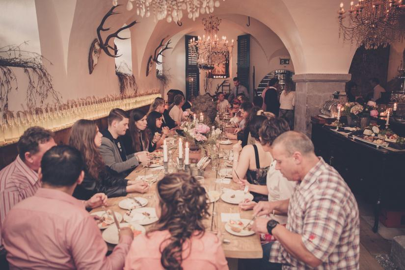 Grosser Bankettisch im Keller vom Restaurant Emil