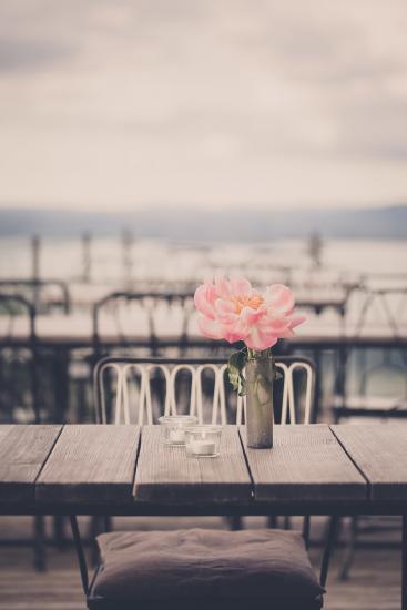 Blumendeko auf Terassentisch