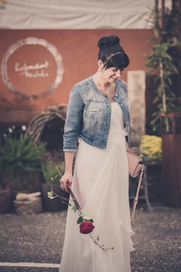 Braut mit Rose vor Restaurant Treichli
