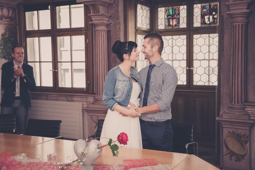 Hochzeitspaar küsst sich nach JA-Wort