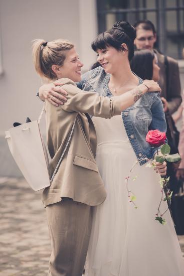 Braut umarmt Freundin
