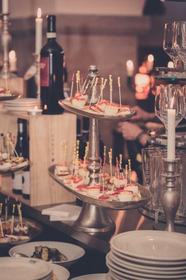 Hochzeitsdekoration, Kerzen, Blumen, Gedeck