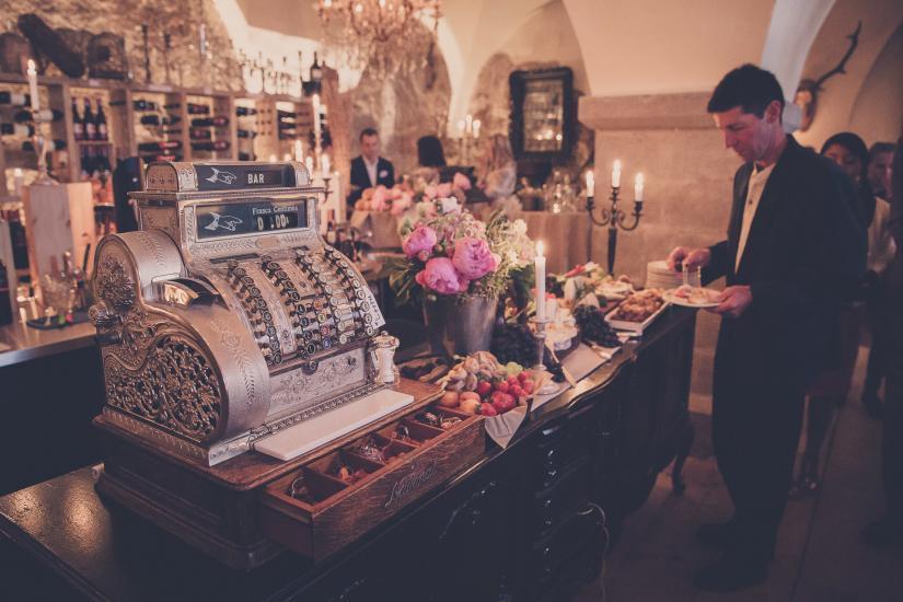 Hochzeitsdekoration, Kerzen, Blumen, alte Registerkasse