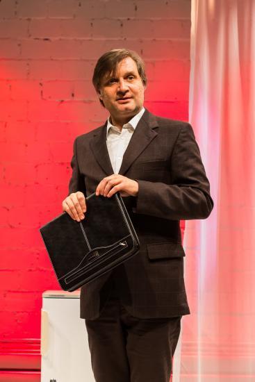Mann im Anzug mit Aktenmappe