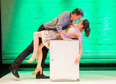 intime Szene zwischen Mann und Frau auf einem Kühlschrank