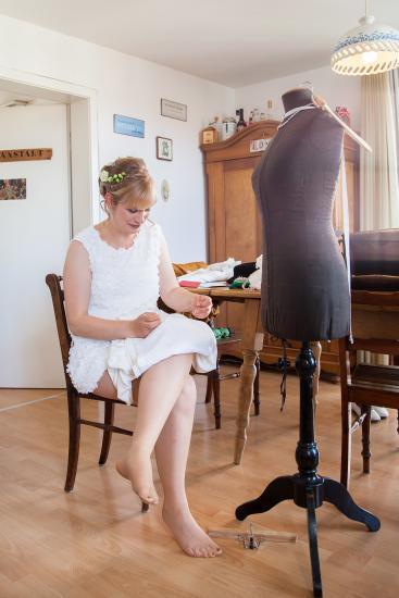 Braut näht ihr Kleid fertig