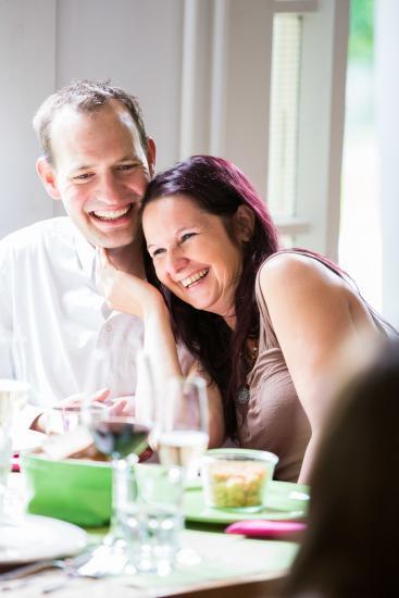 lachendes Paar an einem Tisch