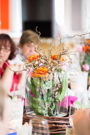 Blumen in einem Glas auf einem Tisch