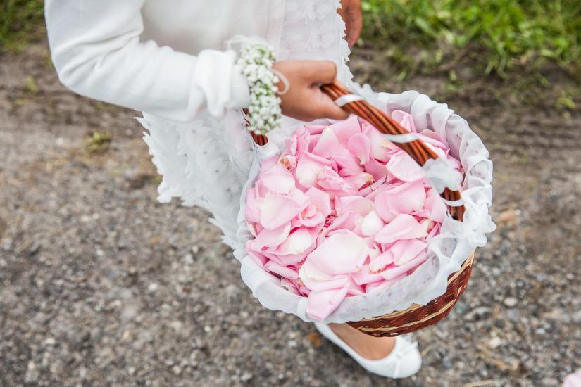 Blumenmädchen mit Korb voller Rosenblätter