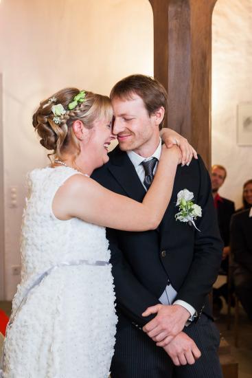 Braut umarmt ihren Mann