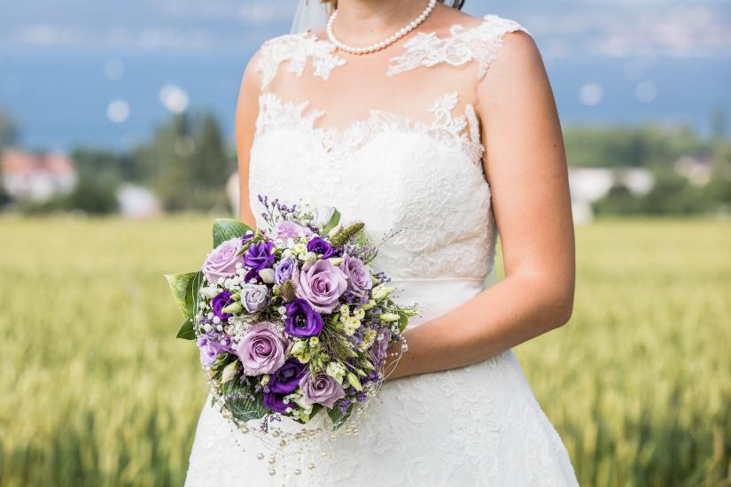 Brautstrass mit Brautkleid.