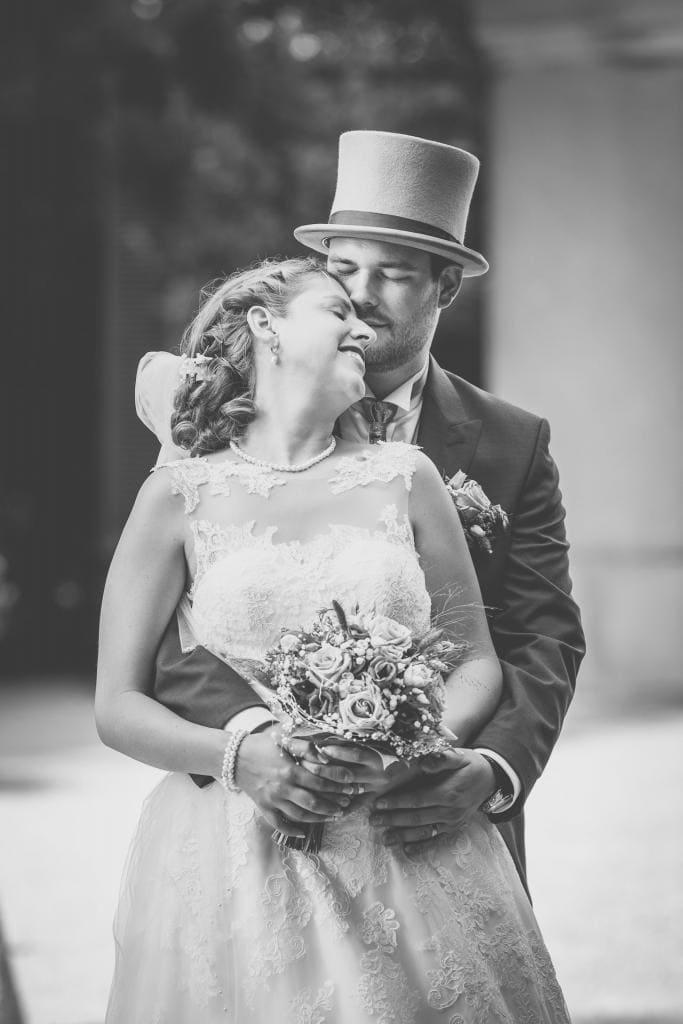 Verliebtes Brautpaar eng umschlungen.