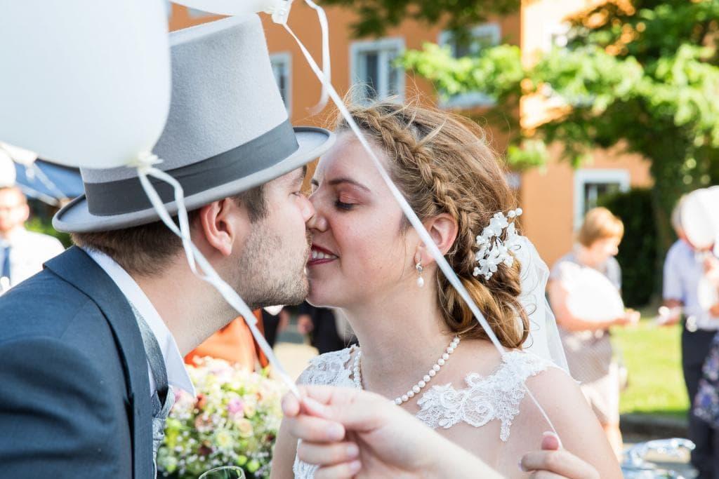 Brautpaar küsst sich beim Apero.