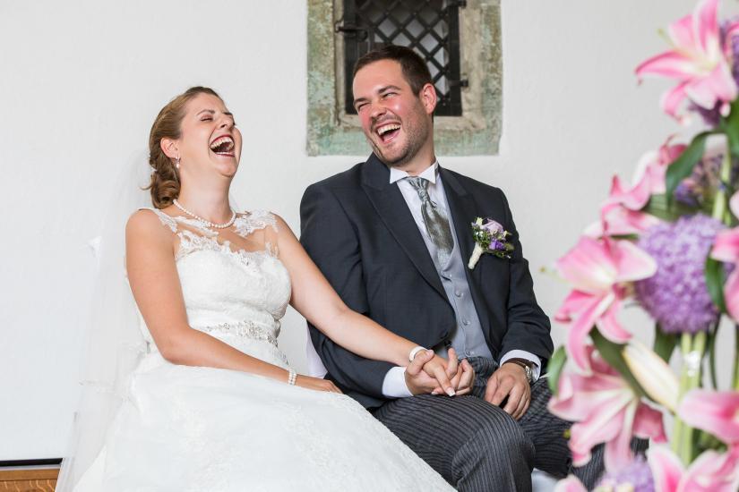 Lauthals lachendes Brautpaar.