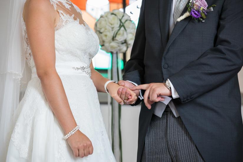 Bräutigam streichelt seiner Frau über die Hand.