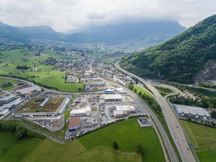 Autobahn und Siedlung in der Gemeinde Ingenbohl.