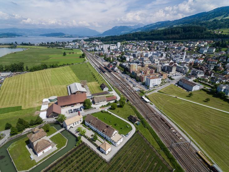 Luftaufnahme vom Bahnhof Pfäffikon SZ.