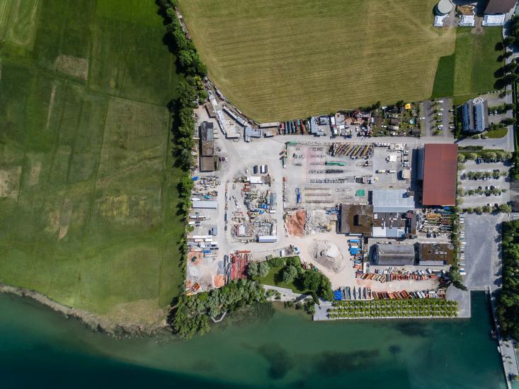 Luftaufnahme von einem Abstellplatz eines Baugeschäftes.