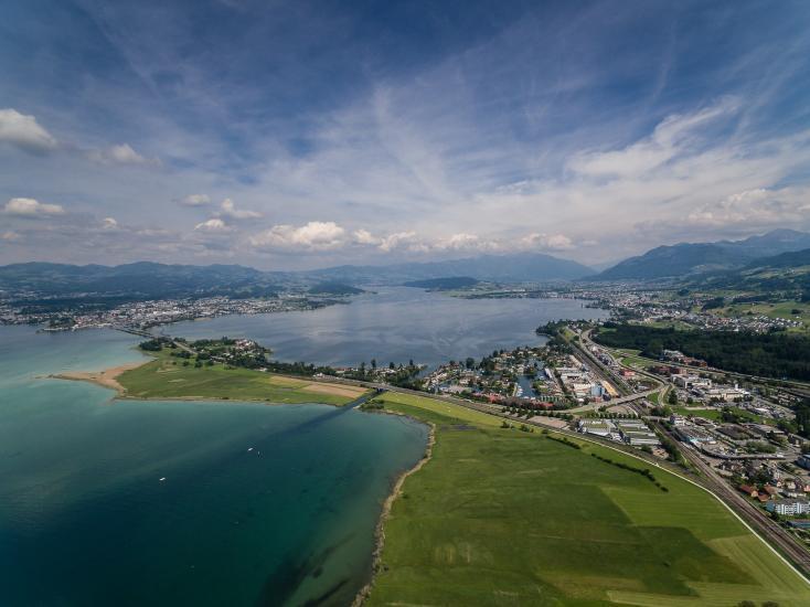 Luftaufnahme vom Seedamm Rapperswil Richtung Obersee.