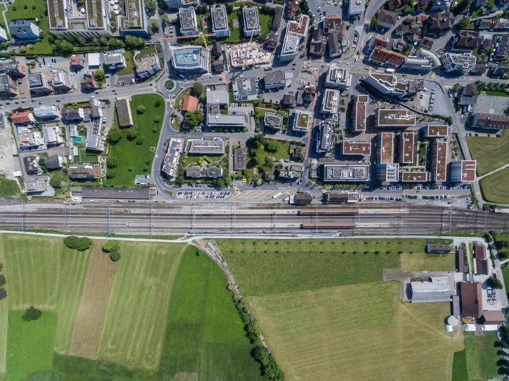 Luftaufnahme auf den Bahnhof von Pfäffikon SZ.