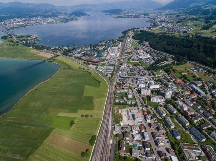 Sicht über Pfäffikon Richtung Obersee mit Seedamm.