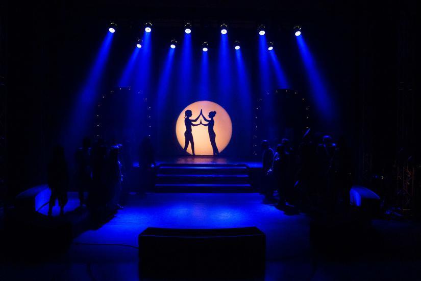 blaues Bühnenbild