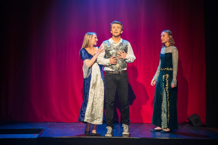 drei Schauspieler auf der Bühne.