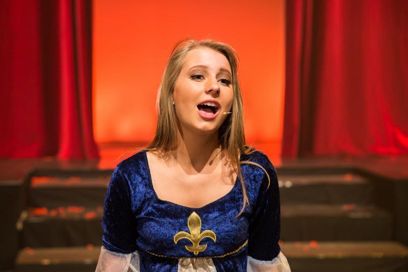 singende Frau im Theater.